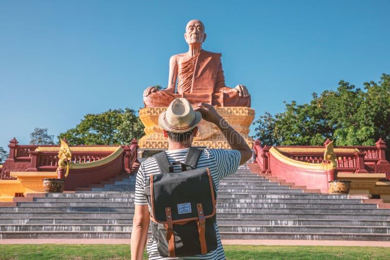 Los turistas masculinos se están colocando delante de una exhibición pública grande en Surin, Tailandia imágenes de archivo libres de regalías