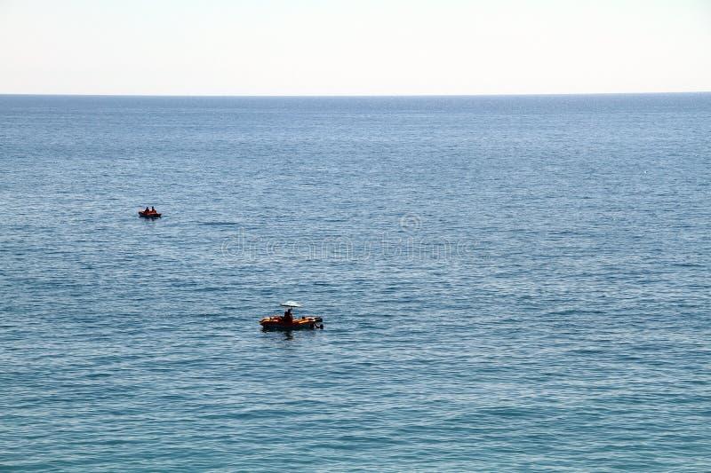 Los turistas navegan en un catamarán en el mar imagen de archivo libre de regalías