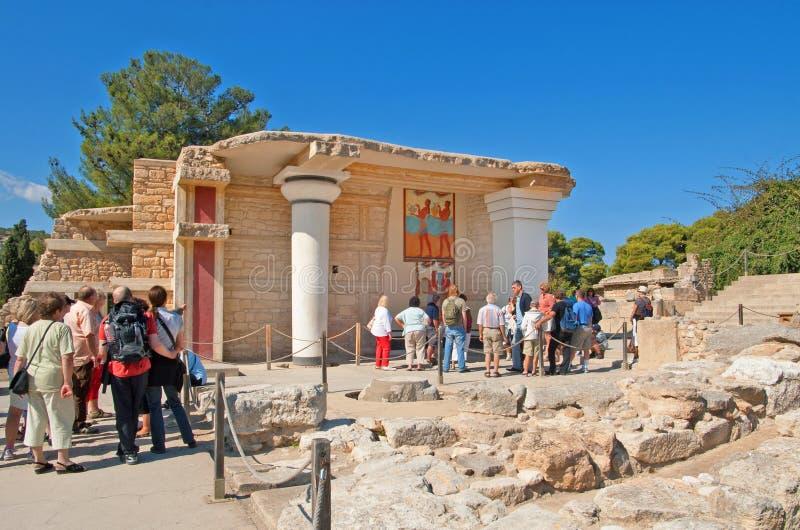 Los turistas no identificados acercan a Propylaeon del sur en el palacio de Knossos en la isla de Creta en Grecia imágenes de archivo libres de regalías