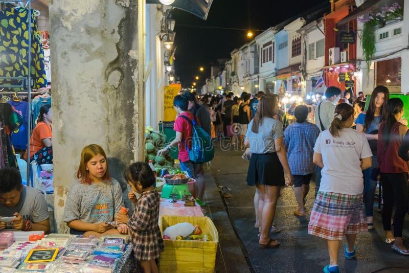 Los turistas no identificados están haciendo compras en el viejo mercado de la noche de la ciudad se llaman Lard Yai en Phuket, T foto de archivo