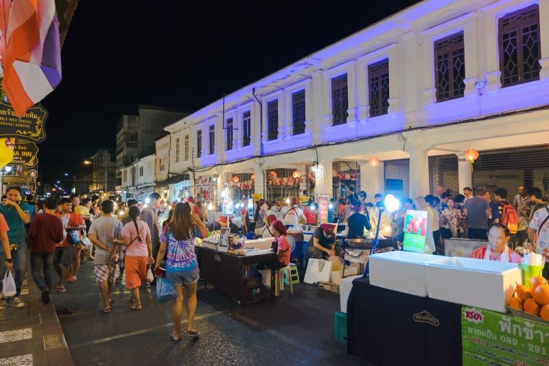 Los turistas no identificados están haciendo compras en el viejo mercado de la noche de la ciudad se llaman Lard Yai en Phuket, T imagen de archivo