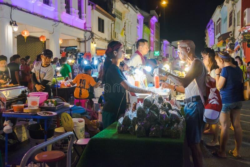 Los turistas no identificados están haciendo compras en el viejo mercado de la noche de la ciudad se llaman Lard Yai en Phuket, T fotografía de archivo libre de regalías