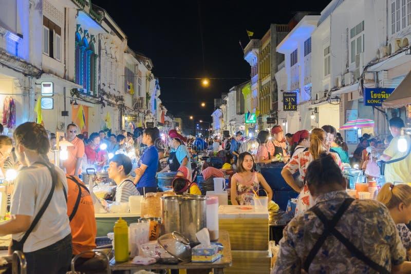 Los turistas no identificados están haciendo compras en el viejo mercado de la noche de la ciudad se llaman Lard Yai en Phuket, T fotos de archivo libres de regalías