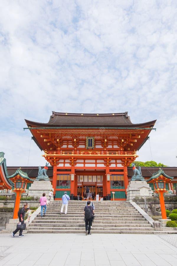 Los turistas no identificados visitan la capilla de Fushimi Inari en Kyoto, Japón fotografía de archivo libre de regalías