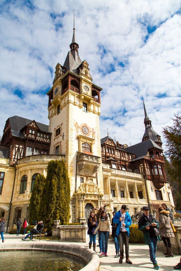 Los turistas que caminan cerca del Peles real anterior se escudan, Sinaia, Rumania fotos de archivo libres de regalías