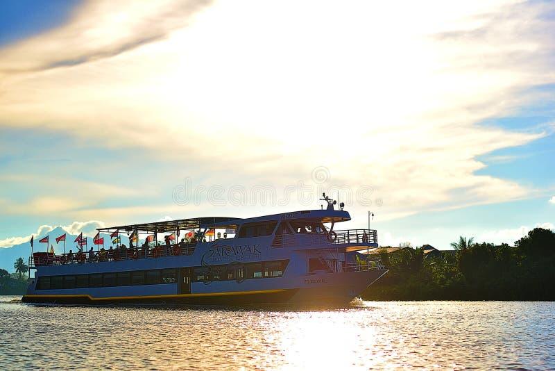 Los turistas que llevan de un barco de cruceros grande pasan en mi bote pequeño imágenes de archivo libres de regalías