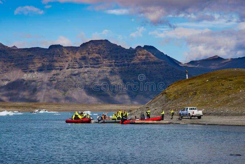 Los turistas que van en un zodiaco viajan en la laguna del glaciar de Jokulsarlon fotos de archivo libres de regalías