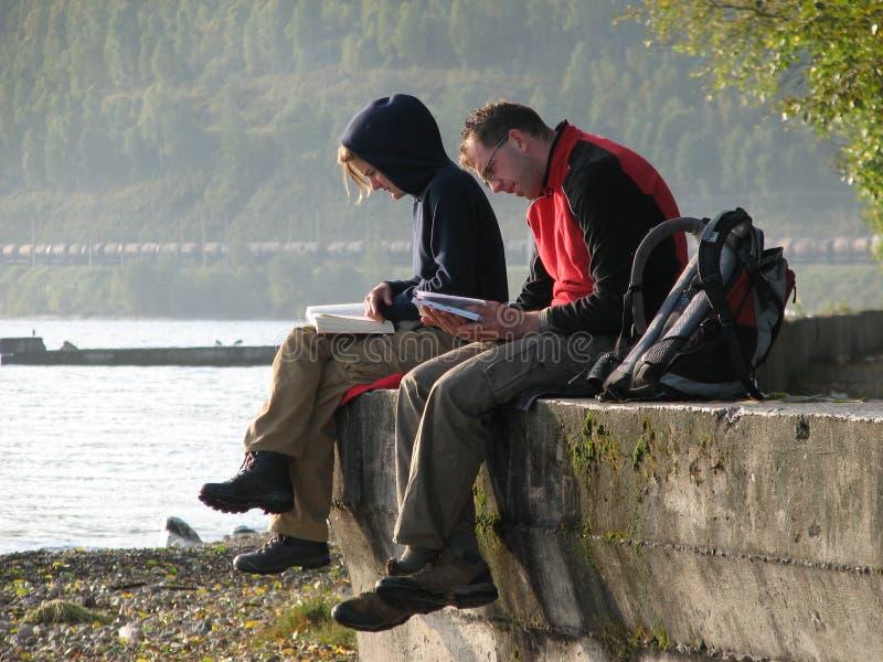 Los turistas se sientan a lo largo del lago Baikal imágenes de archivo libres de regalías