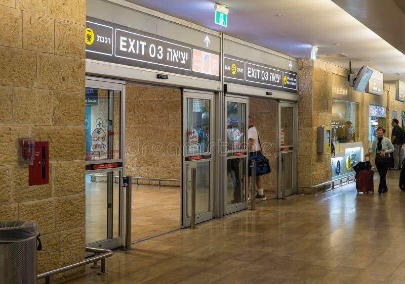 Los turistas se van a través de la puerta de entrada del pasillo de Ben Gurion International Airport, cerca de Tel Aviv en Israel imágenes de archivo libres de regalías