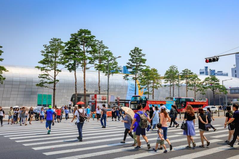 Los turistas sin título en Dongdaemun diseñan la plaza el 18 de junio de 2017 adentro imagen de archivo libre de regalías