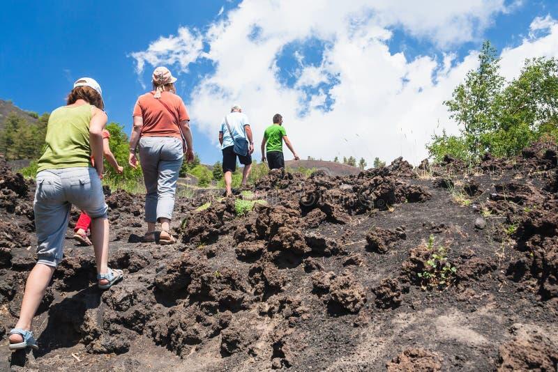 Los turistas suben al cráter viejo del volcán del Etna foto de archivo libre de regalías