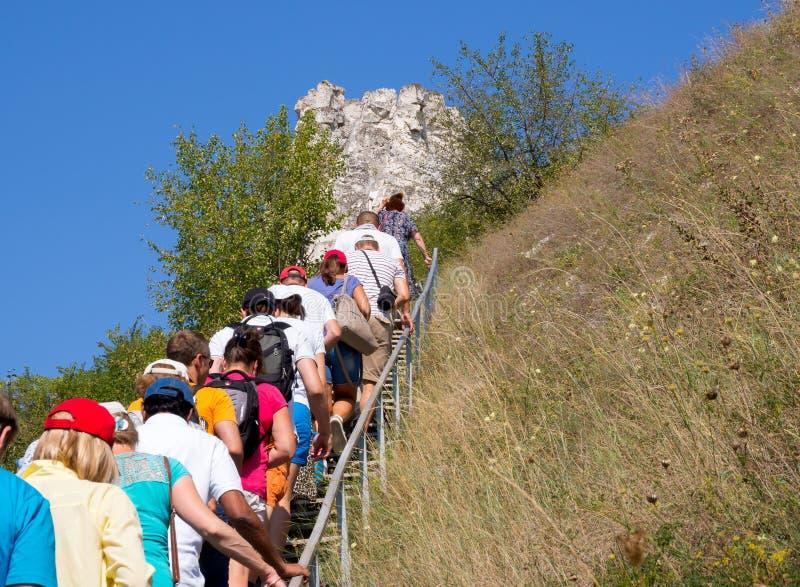 Los turistas suben al templo de la cueva del monasterio de la suposici?n en la reserva de naturaleza Divnogo fotos de archivo libres de regalías