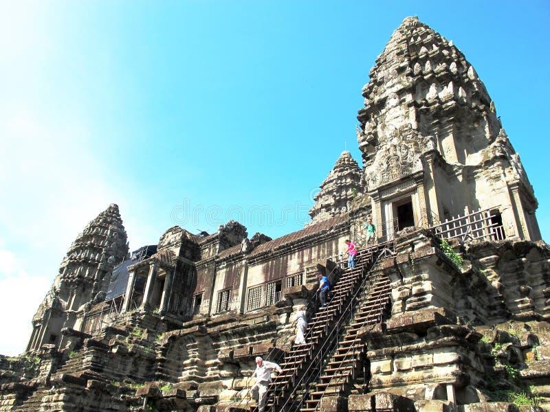 Los turistas suben los pasos en un templo en el complejo de Angkor, Camboya fotos de archivo libres de regalías