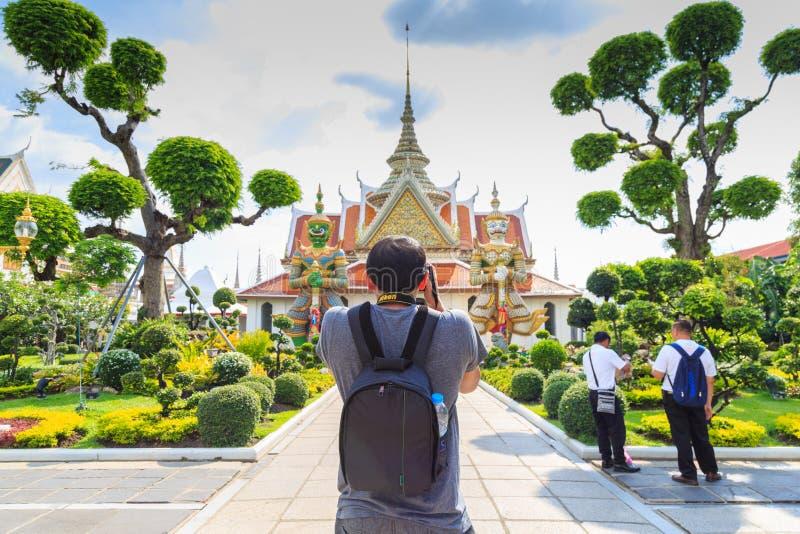 Los turistas toman a imágenes las estatuas gigantes en Wat Arun, Temple of Dawn imagen de archivo libre de regalías