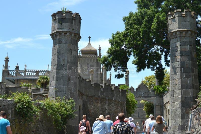 Los turistas van al palacio de Vorontsov en Crimea fotos de archivo libres de regalías