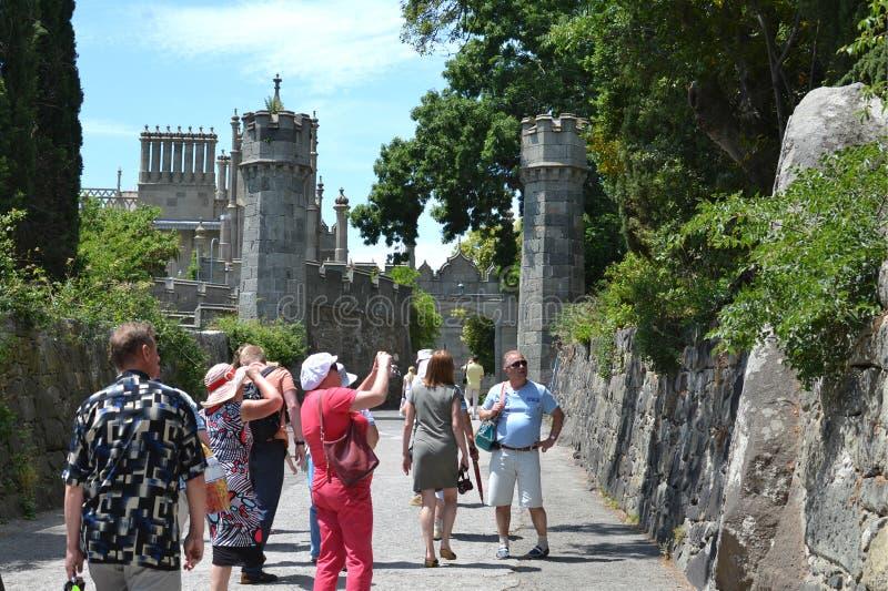 Los turistas van al palacio de Vorontsov en Crimea imagenes de archivo