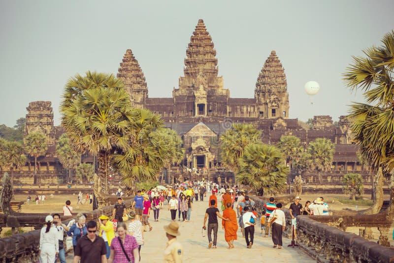 Los turistas visitan el complejo histórico del templo de Angkor Wat fotografía de archivo