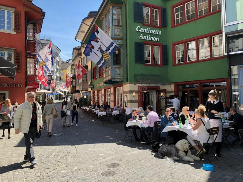 Los turistas visitan el viejo centro de ciudad histórico imagenes de archivo