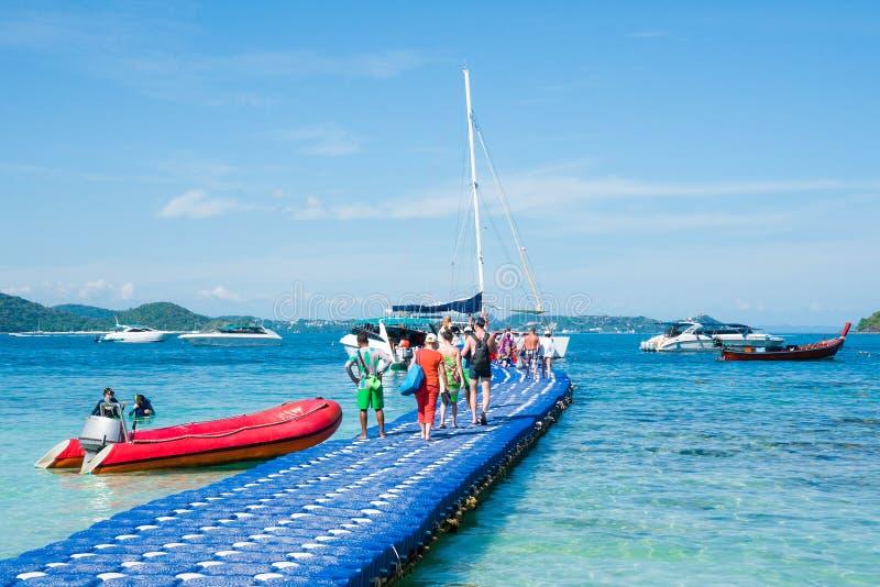 Los turistas vuelven de la playa del plátano de la isla de Coral Ko He y van al barco de motor Phuket, Tailandia foto de archivo