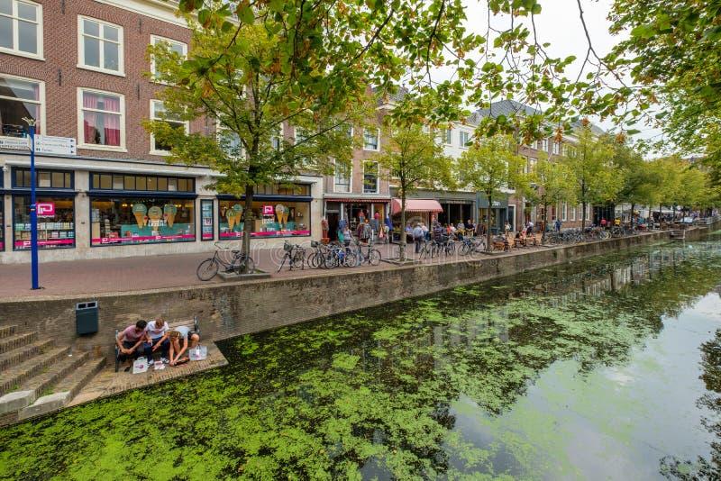 Los turistas y los estudiantes de las compras almuerzan el sushi en el canal i imagen de archivo