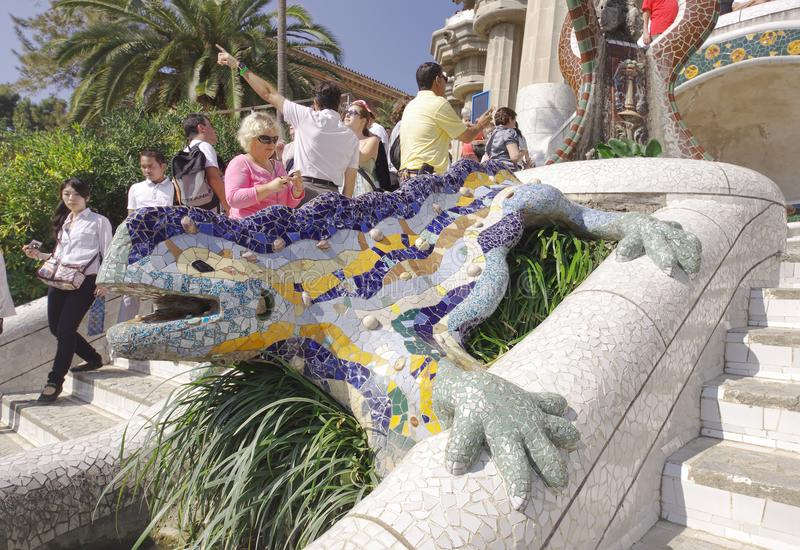 Los turistas y la escultura del mosaico en Guell parquean, Barcelona españa fotos de archivo libres de regalías