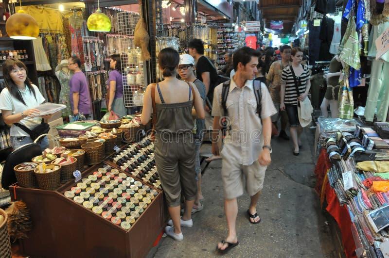 Los turistas y los Locals hacen compras en el mercado de Chatuchak imagen de archivo