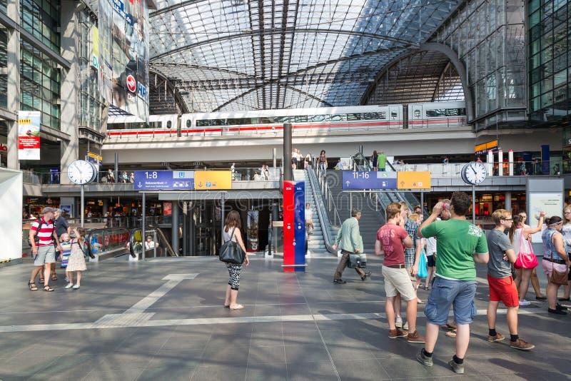 Los turistas y los trabajadores son que hacen compras y que viajan en la estación central de Berlín, Alemania fotografía de archivo