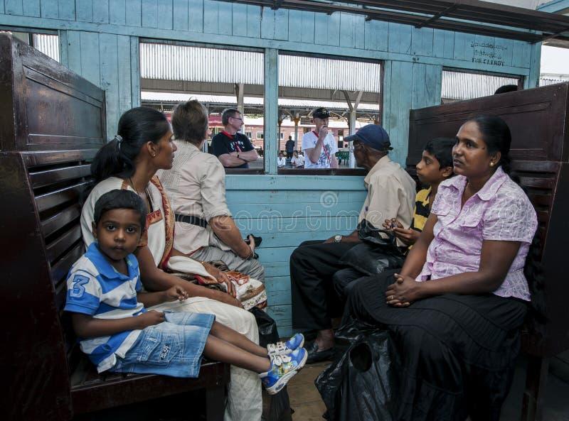 Los turistas y Sri local Lankans esperan un tren para dejar la estación de tren de Kandy imagenes de archivo