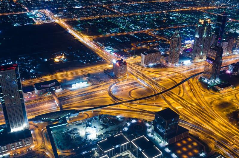Los UAE, Dubai, 06/14/2015, las luces de neón y el jeque de la ciudad futurista céntrica de Dubai zayed el camino tirado de la to imagen de archivo