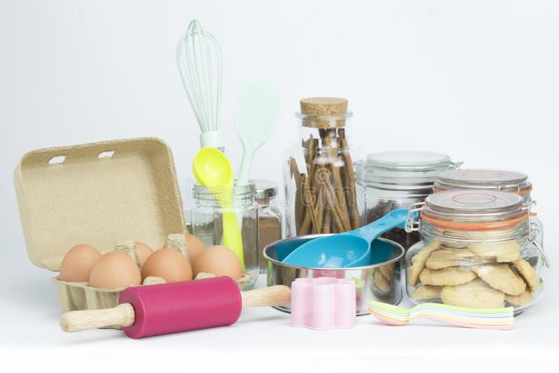 Los utensilios de la hornada equipan estilo en colores pastel en el fondo blanco aislado foto de archivo libre de regalías