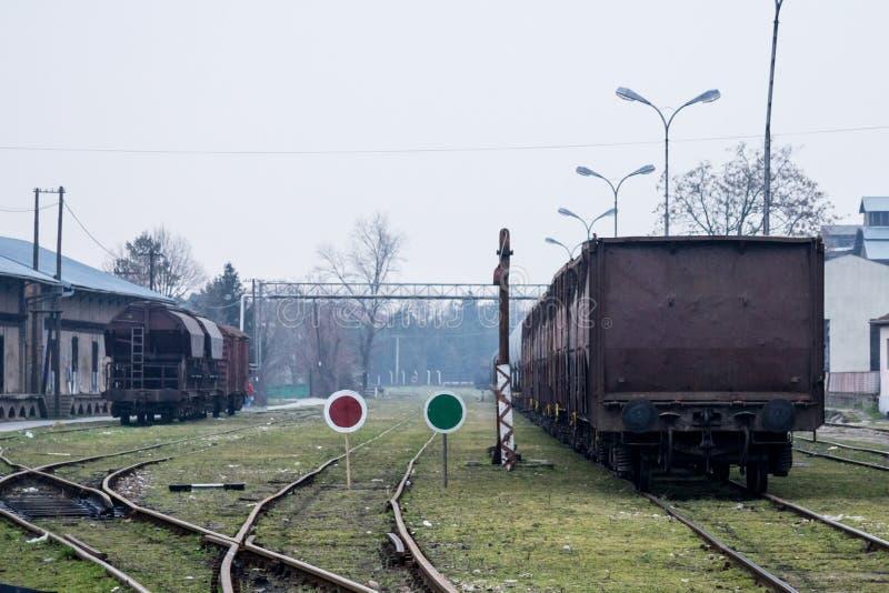 Los vagones abiertos, también llamados vagones Gondola, oxidados, esperando en una estación de trenes de mercancías, medio abando foto de archivo