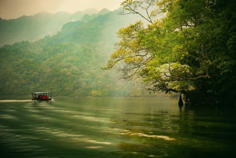 Los vagos sean lago, provincia de Bac Kan, Vietnam - 4 de abril de 2017: los turistas en el barco van a gozar y explorar vagos se fotos de archivo