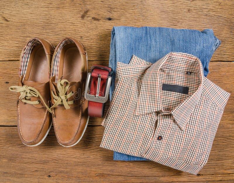 Los vaqueros casuales y la correa de cuero marrón de los hombres con el zapato de cuero imagen de archivo libre de regalías