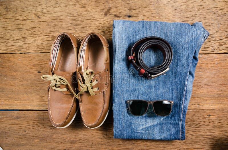 Los vaqueros casuales y la correa de cuero marrón de los hombres con el zapato de cuero fotos de archivo libres de regalías