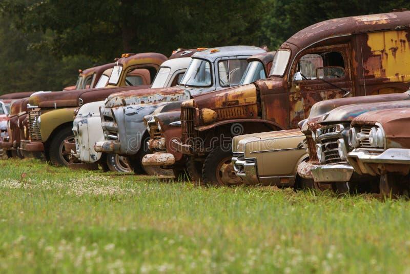 Los vehículos desechados se alinean en Georgia Junkyard Field fotografía de archivo