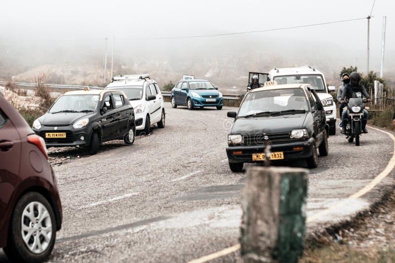 Los vehículos turísticos se alinearon para subir en la región de la colina del paso de valle himalayan de la montaña fotografía de archivo libre de regalías