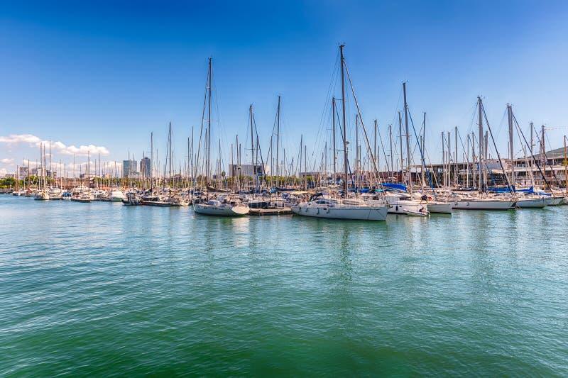 Los veleros y las naves atracaron en el puerto Vell, Barcelona, Cataluña, S fotos de archivo