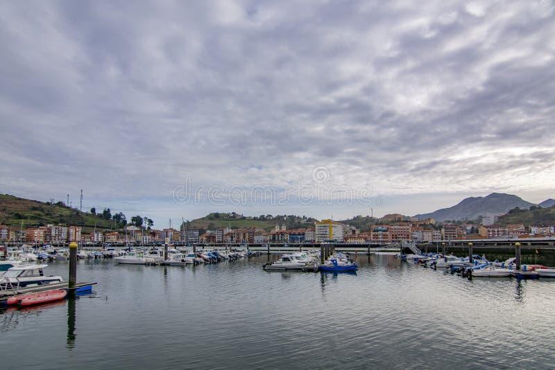 Los veleros y los yates se colocan amarrados en el puerto de Ribadesella fotografía de archivo libre de regalías
