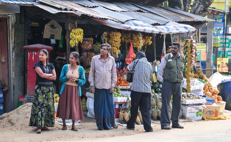 Los vendedores en tienda de la calle venden las frutas frescas en Sri Lanka imagenes de archivo