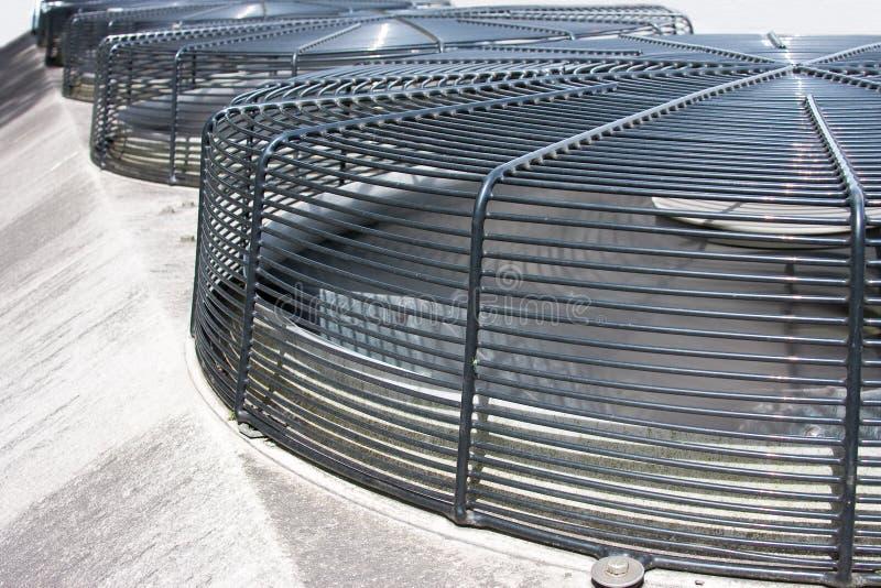 Los ventiladores industriales con la parrilla del acoplamiento cubren el Ab imagen de archivo