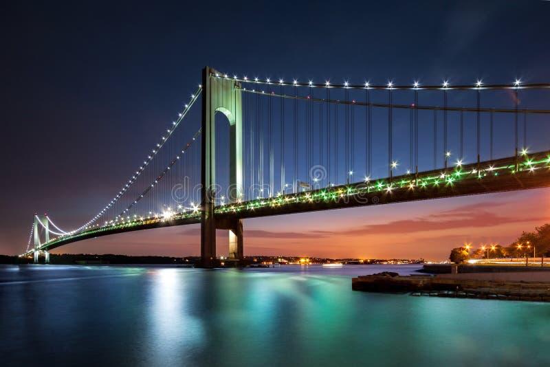 Los Verrazano-estrechos tienden un puente sobre en la oscuridad imagen de archivo
