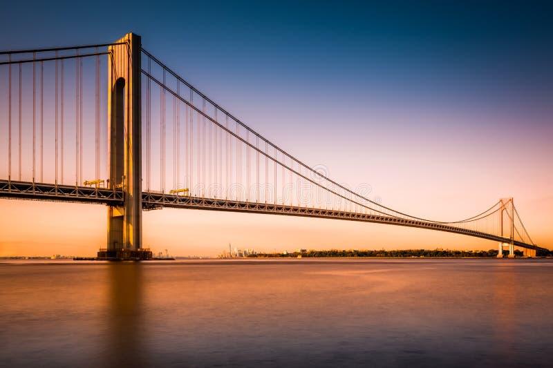 Los Verrazano-estrechos tienden un puente sobre en la puesta del sol imagen de archivo