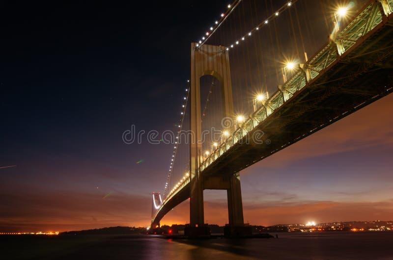 Los Verrazzano-estrechos tienden un puente sobre en la noche en Brooklyn, Nueva York fotos de archivo