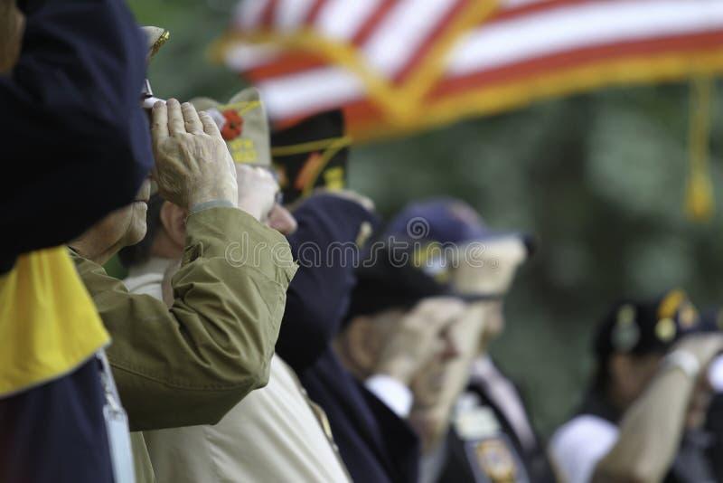 Los veteranos saludan la bandera de los E.E.U.U. foto de archivo libre de regalías