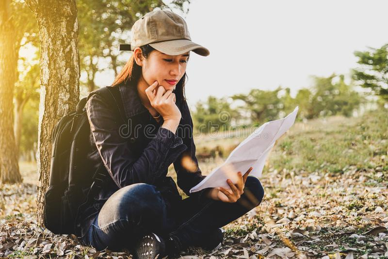 Los viajeros asiáticos de la mujer con hacer excursionismo, situación ven el mapa, planeamiento del viaje del concepto solament fotografía de archivo libre de regalías