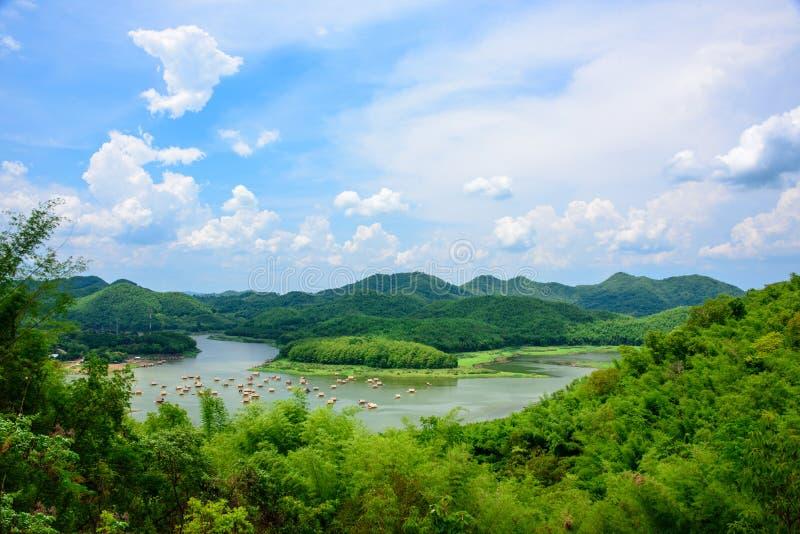 Los viajeros disfrutan de la belleza de la naturaleza en sus vacaciones de verano en la balsa de bambú imagen de archivo libre de regalías
