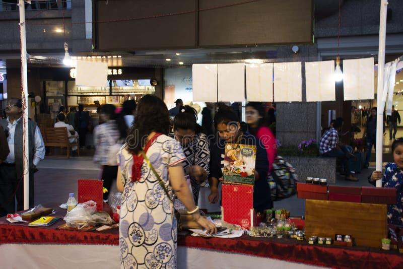 Los viajeros indios de la gente y del extranjero viajan visita y las compras en el mercado tailandés de la noche de la calle del  imágenes de archivo libres de regalías