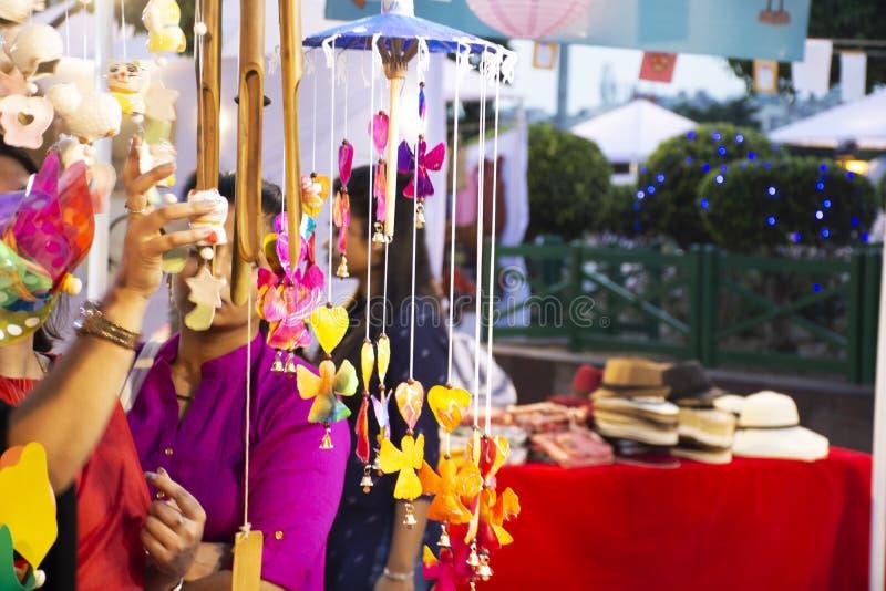 Los viajeros indios de la gente y del extranjero viajan visita y las compras en el mercado tailandés de la noche de la calle del  imagenes de archivo