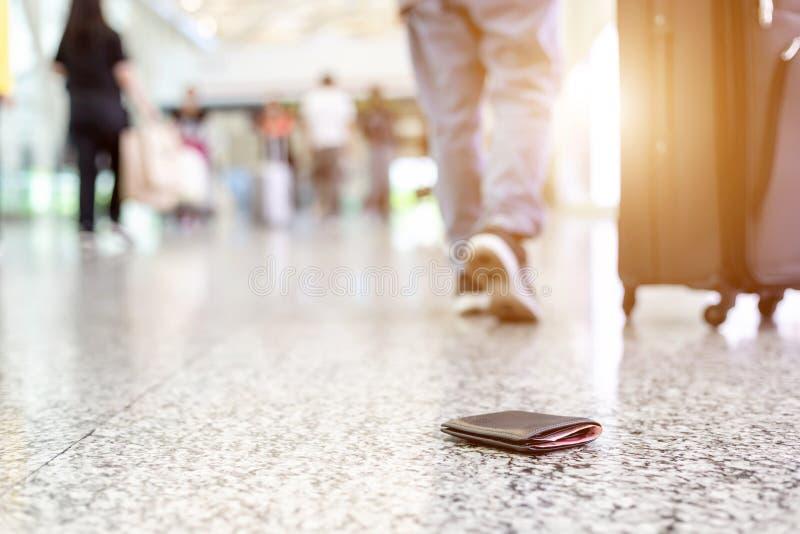 Los viajeros perdieron su cartera en el piso en el aeropuerto imagenes de archivo
