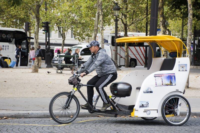 Los viajeros que esperan biking del carrito de la bicicleta de la gente francesa utilizan servicio fotografía de archivo libre de regalías
